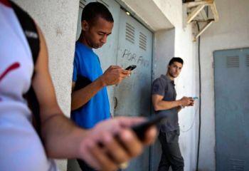 Cada vez hay más zonas WiFi en Cuba y el valor de Internet baja 50%