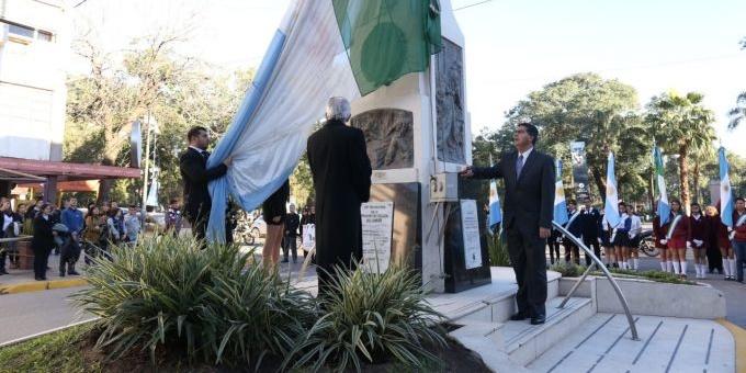 Con el izamiento de las banderas en el mástil mayor comenzaron los homenajes a Manuel Belgrano