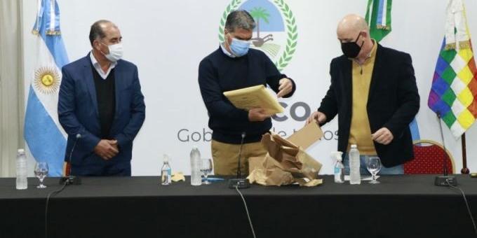 Capitanich abrió los sobres de licitación para la provisión de agua corriente y potable en Las Piedritas