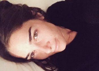 Juana Viale, a cara lavada en la cama desafía en Twitter