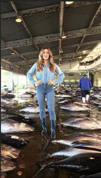 Indignación con Jimena Barón por posar junto a peces muertos