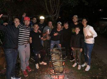 Nico Otamendi, de fiesta: asado y cumbia en la previa del Mundial